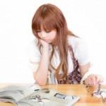 コワーキングスペースUmidassで読書する女性のイメージ