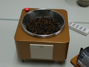 焙煎したコーヒーを冷ましています。