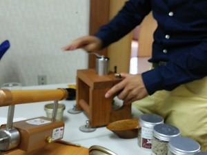 焙煎したコーヒー豆を手挽き