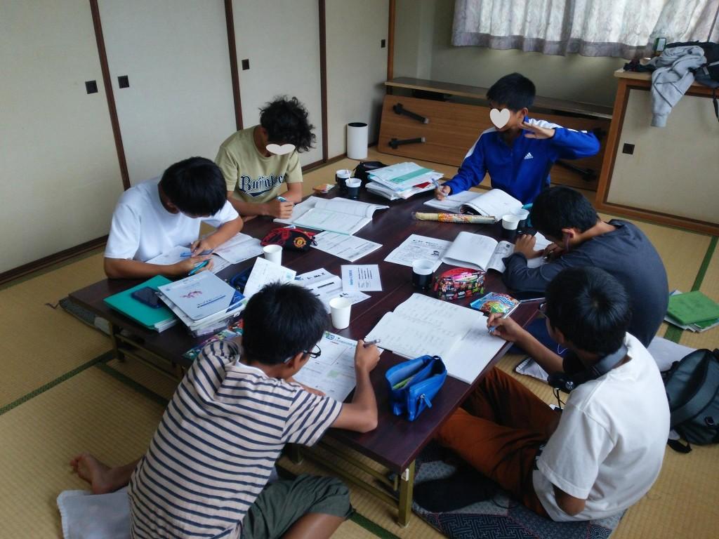 自習している中学生