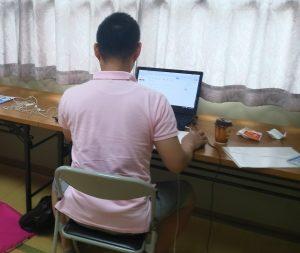 和室で作業