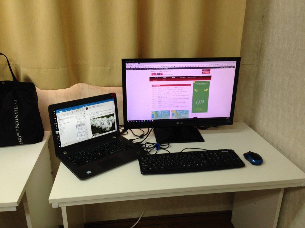 外部モニターとキーボード、マウスを使ってこんな風に仕事をされています。